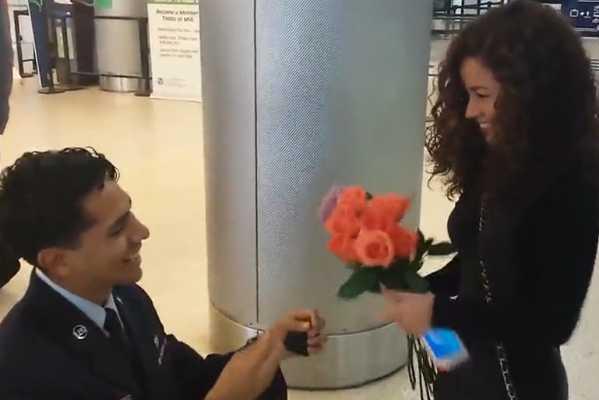帅气飞行员机场向女朋友浪漫求婚