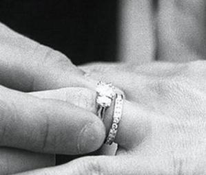 手捧戴瑞珠宝去求婚